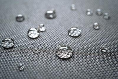 Wassertropefn auf einem 600D Polyester Material